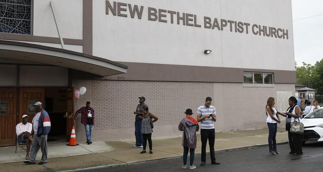 Après le décès d'Aretha Franklin, devant la New Bethel Baptist Church de Detroit.