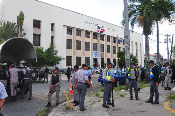 Des agents de sécurité du Palais de Justice de Ciudad Nueva, qui ont conduit l'arrestation des personnalités impliquées dans l'affaire Odebrecht./ Crédit photo: Listin Diaro