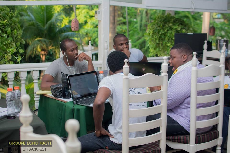 Des jeunes codeurs au travail lors de l'édition Haiti Hackfest 2016  Crédit photo: Groupe ECHO Haiti