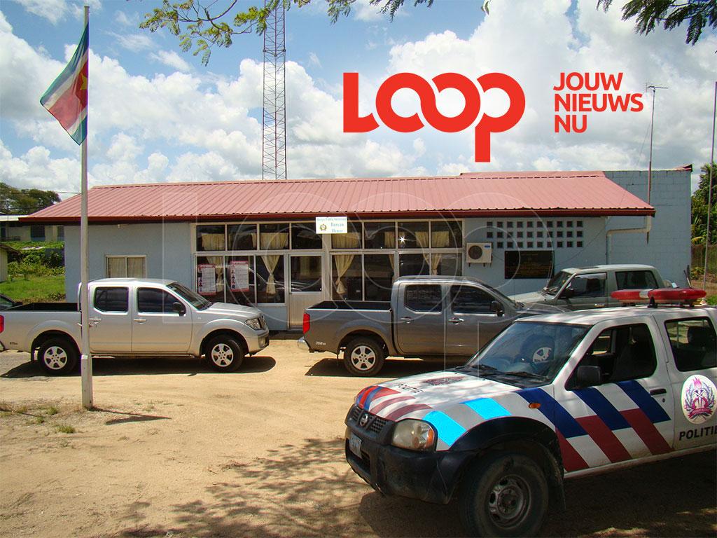 Beide rovers zijn door goede communicatie met de politie van Henar nabij een opgezette road-block ingerekend. Op de foto politiebureau Henar te Nickerie.
