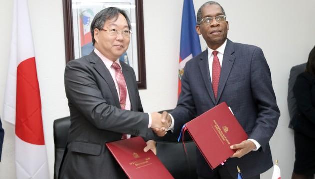 L'ambassadeur du Japon en Haïti, M. Yoshiaki Hatta et le ministre des Affaires étrangères haïtien, Antonio Rodrigue.  Photo: Dupé Georges