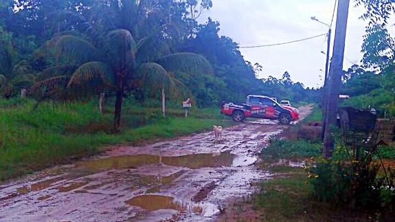 De wegen van het Doebeproject worden door de bewoners zelf onderhouden. Door de 50+ terreinwagens van de Nicopa Rally in combinatie met de regen zijn de wegen enorm verslechterd.