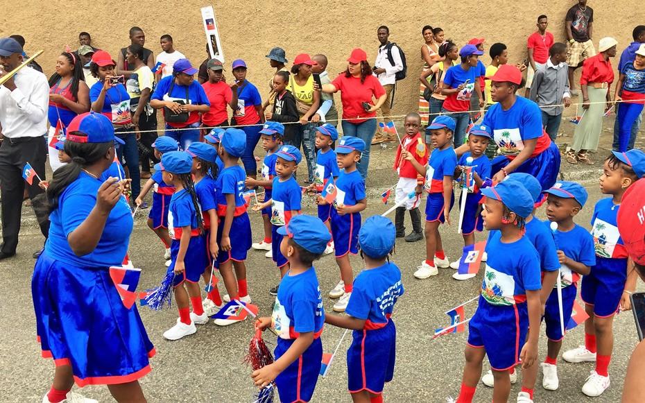 Des enfants célébrant la fête du drapeau à Port-au-Prince  Crédit photo : Ralph Tedy Erol