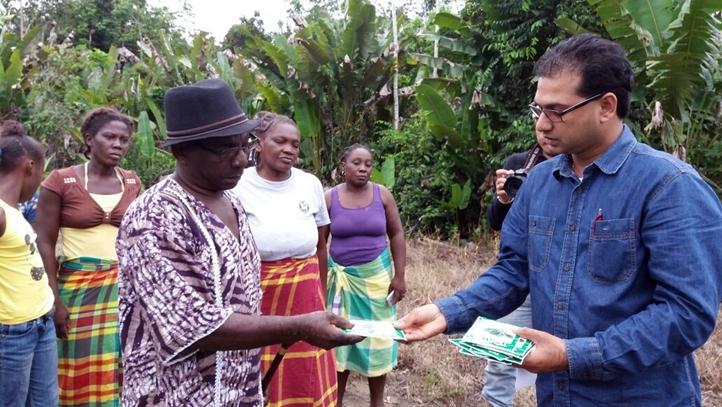 Minister Algoe overhandigt groentezaadjes aan de dorpsbewoners.