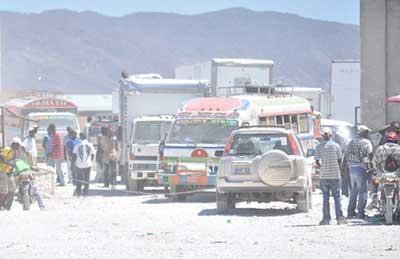 Inspection de véhicules a Malpasse  Crédit photo: www.radiotelevisioncaraibes.com