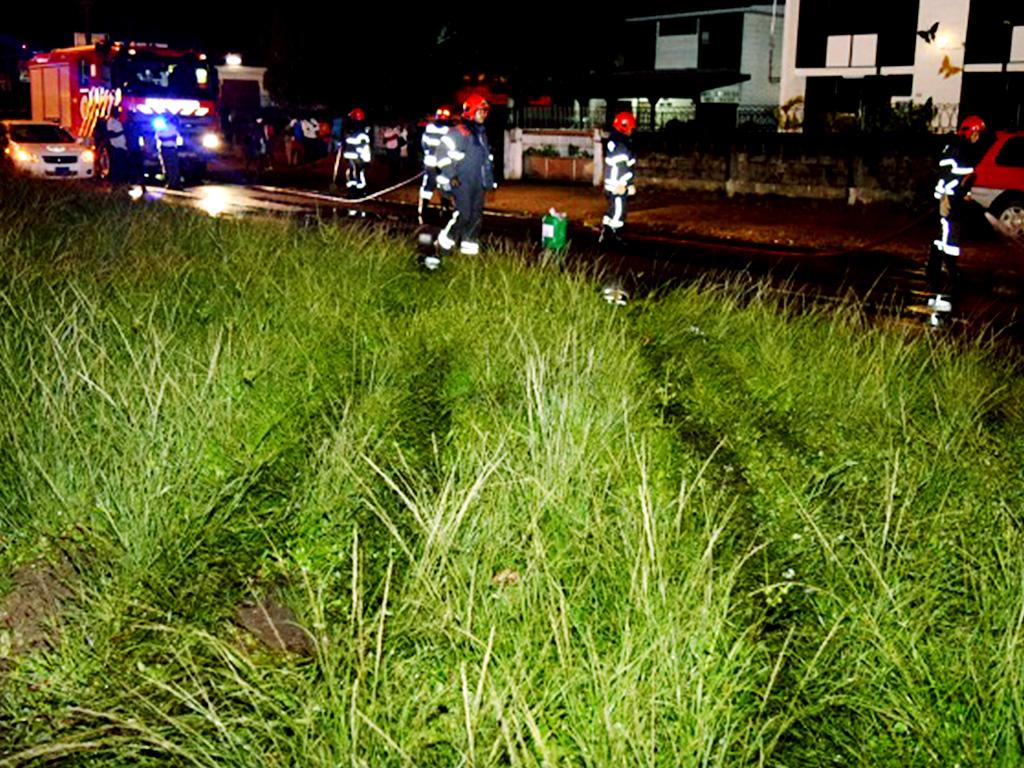 Op de foto (op onze website) zijn de sporen van de auto over de middenberm van de Jaggernath Lachmonstraat, vlakbij het SLM-hoofdkantoor, duidelijk te zien (Foto: KPS Website)