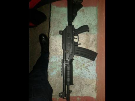 Arme enregistrée à la police haïtienne retrouvée à Rockfort. Credit photo: The Gleaner