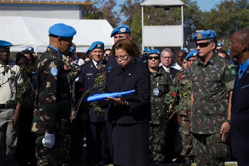 Lors de l'anniversaire du séisme de 2010 en Haïti, Mme Honoré participe à un hommage aux collègues de l'ONU qui ont péri dans la tragédie./ Photo MINUSTAH