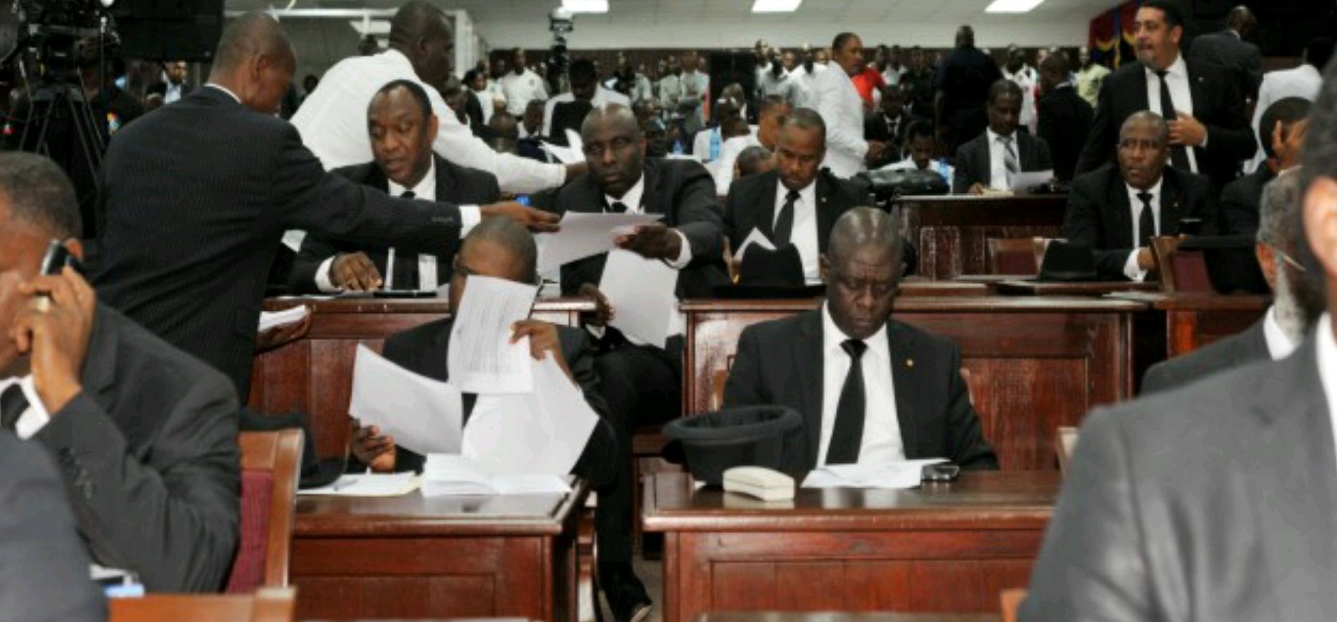 Des parlementaires lors d'une séance en Assemblée Nationale
