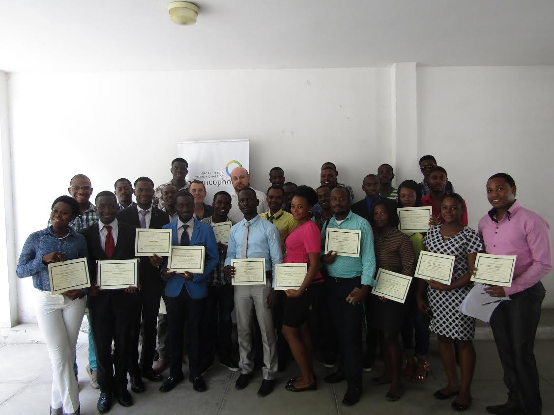 Le formateurs, les responsables de l'OIF et les participants de la formation sur les techniques de recherche d'emploi affichant leurs certificats. / Crédit photo: OIF