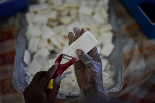 Judith, une employée d'Anacaona nettoie un savon le 6 juin 2017 à Port-au-Prince, en Haïti