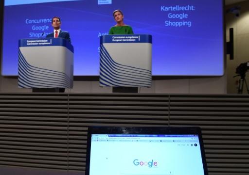 La commissaire européenne à la Concurrence Margrethe Vestager (d) s'adresse à la presse, le 27 juin 2017 à Bruxelles