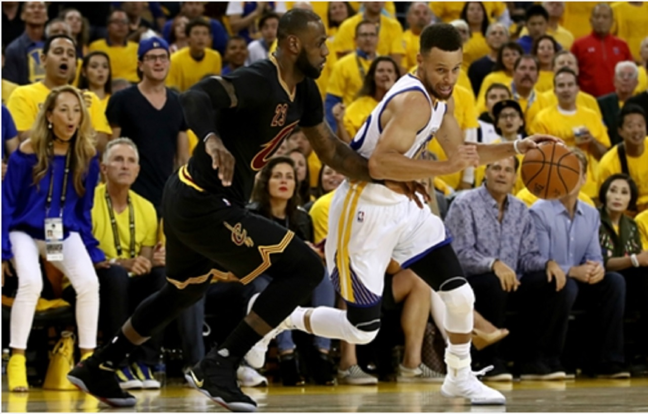 Cleveland Cavaliers star LeBron James (left) tries to stop Steph Curry of Golden State Warriors.