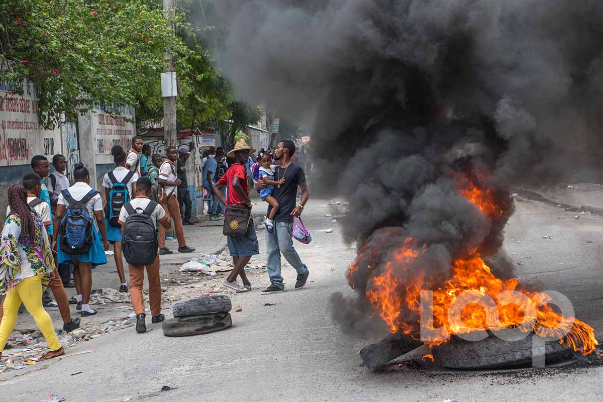 Pneus enflammés à l'Avenue Christophe ou les étudiants ont manifesté cet après-midi pour protester contre la vie chère/ Photo: Vladjimir Legagneur