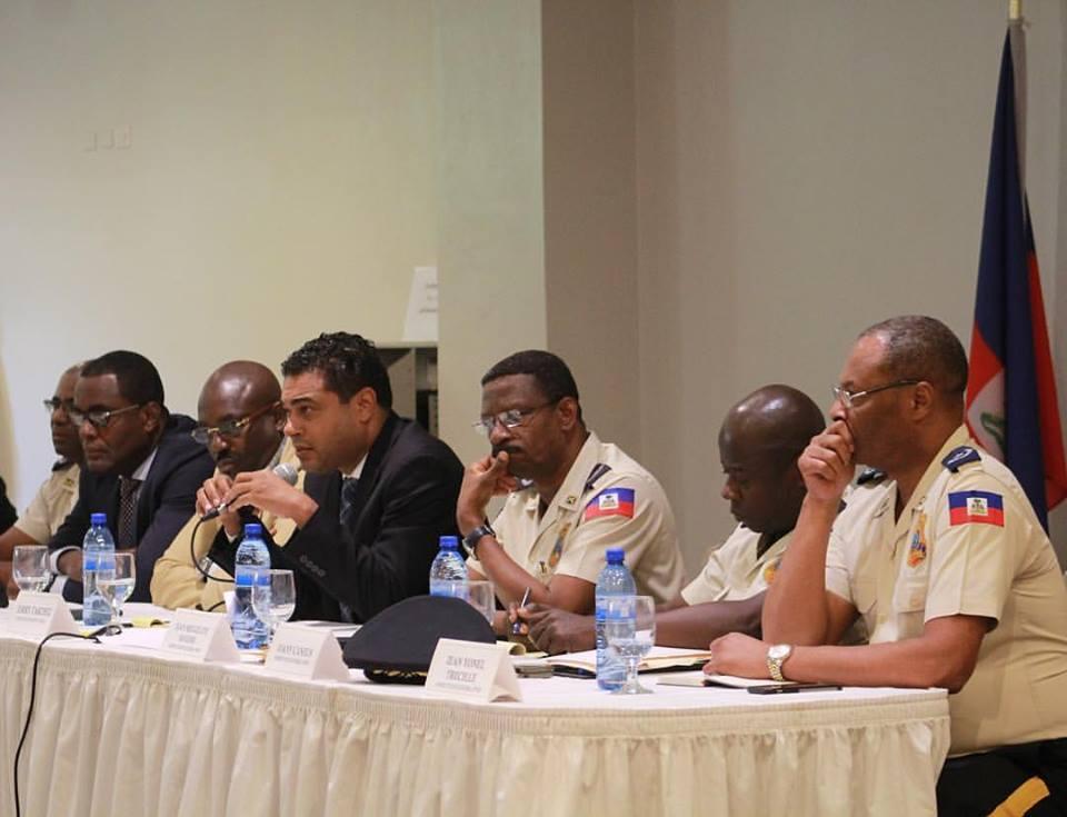 Au centre (micro en main), le député de Petion-Ville Jerry Tardieu lors de sa rencontre avec la PNH et la société civile de Petion-Ville./ Crédit photo: Facebook Jerry Tardieu