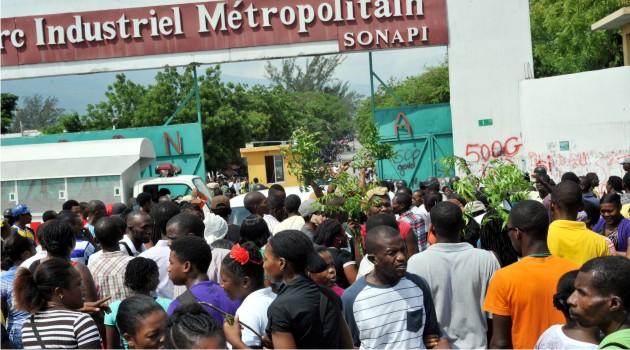 Photo prise lors d'une récente mobilisation juste à l'entrée de la Société Nationale du parc industriel (Sonapi). Crédit : Haiti Liberté