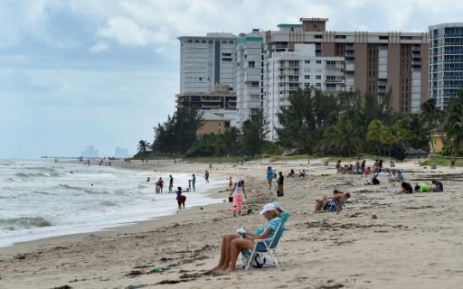 Des personnes sur une plage à Pompano Beach, le 7 octobre 2016 en Floride