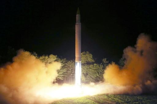 Photo fournie le 28 juillet 2017 par l'agence nord-coréenne Kcna du tir d'un missile balistique intercontinental Hwasong-14 depuis un endroit non déterminé en Corée du Nord