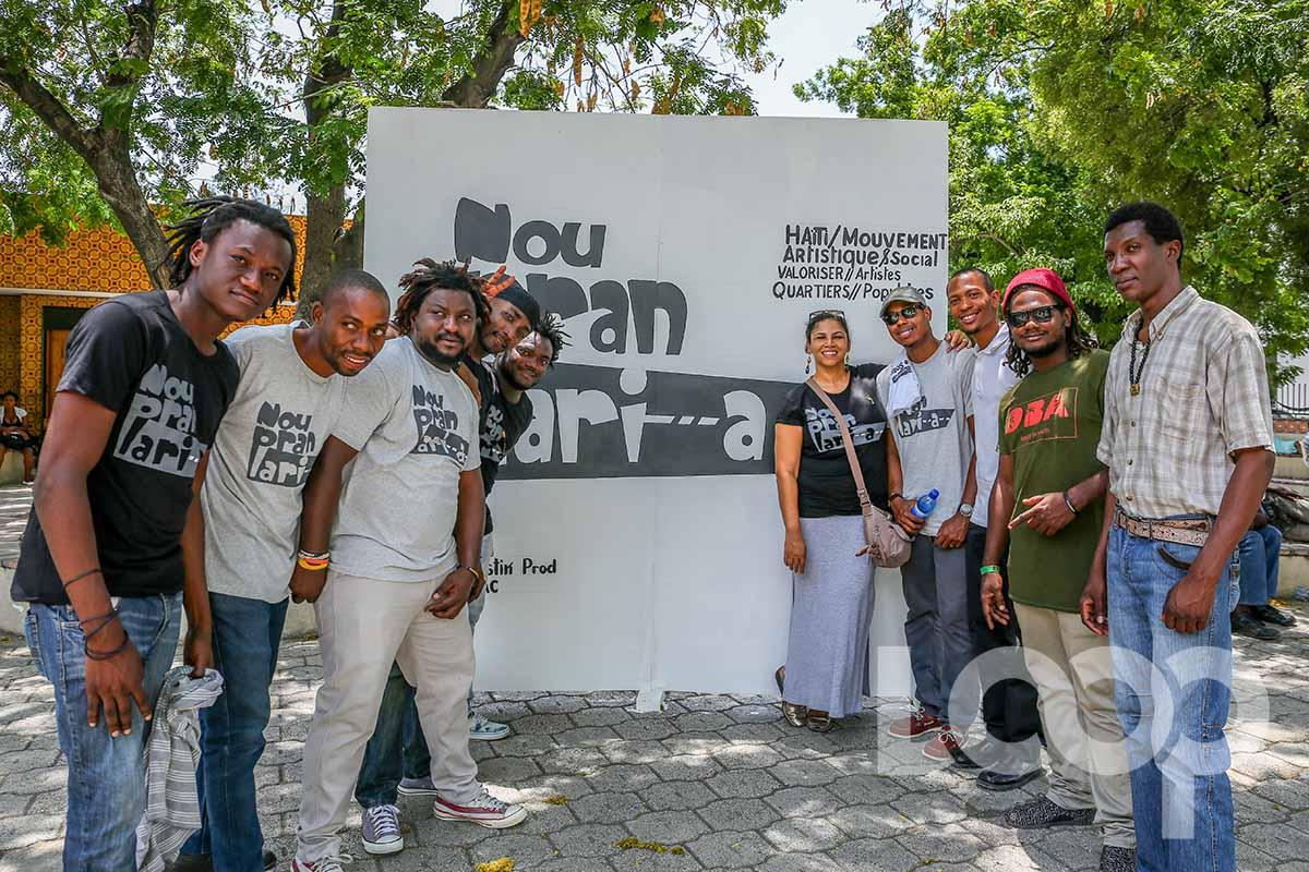 """Des organisateurs et quelques participants de la foire artistique dans le cadre du mouvement """"Nou Pran lari a""""./Credit photo: Loop Haiti-Vladjimir Legagneur"""