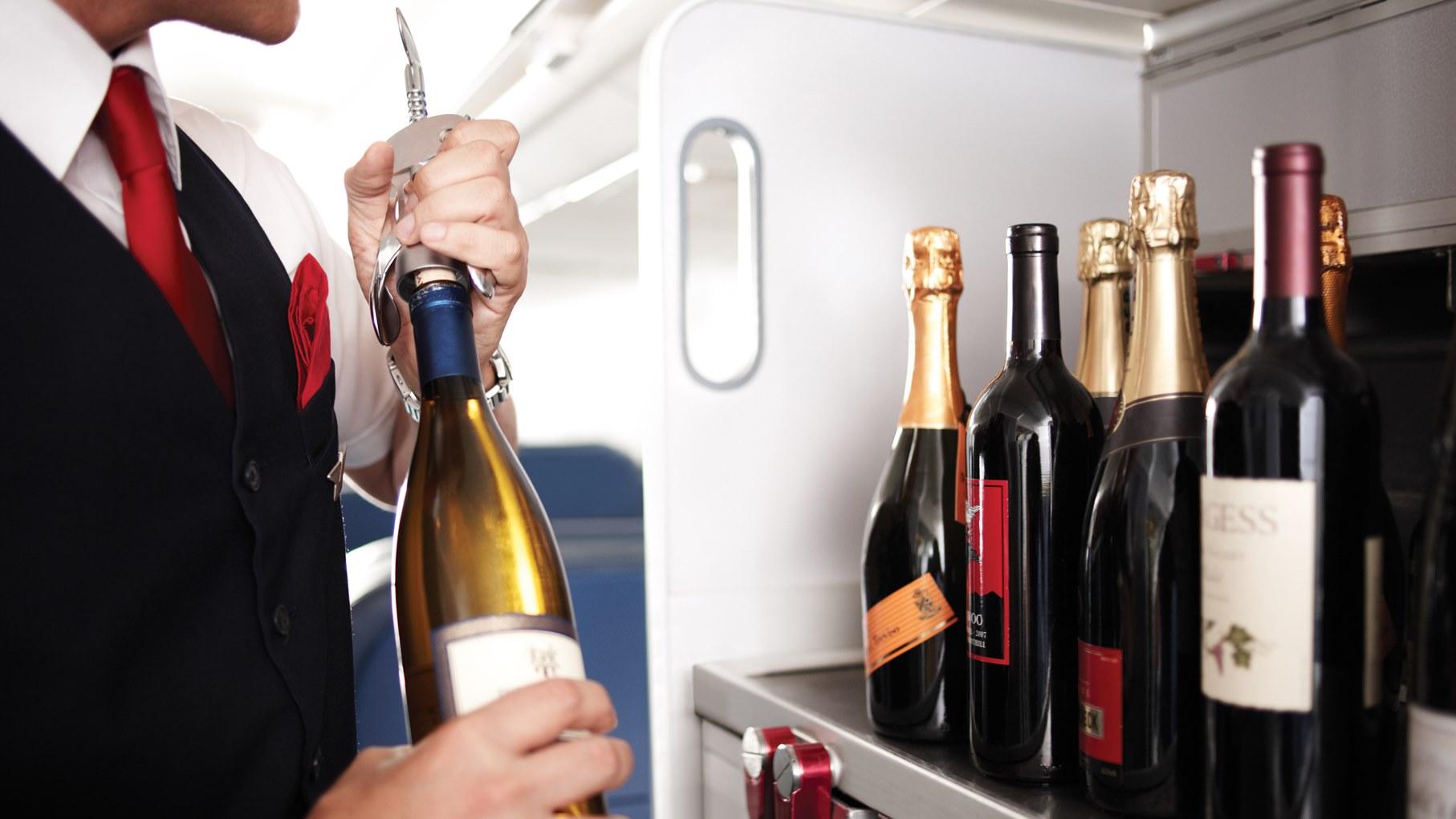 De flessen wijn hielpen echter niet en de man bleef zich verzetten.