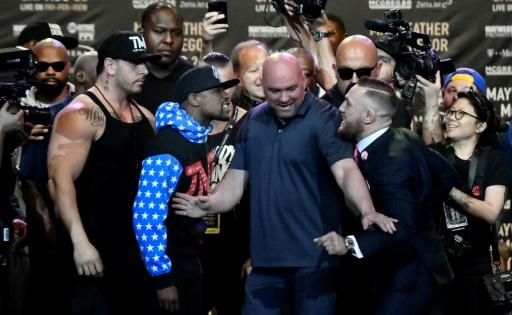 Conor McGregor et Floyd Mayweather (g) face-à-face pour la première fois, lors d'une conférence de presse, le 11 juillet 2017, à Los Angeles