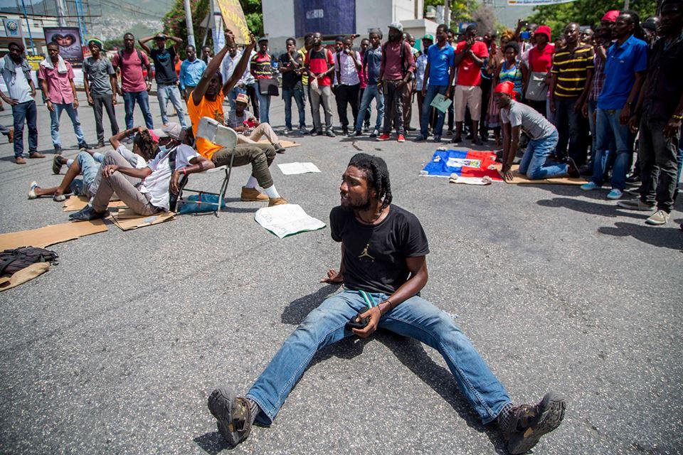 Des étudiants de l'UEH étendus par terre à Carrefour-Tifou ce mercredi 19 juillet 2017/Photo: Estailove