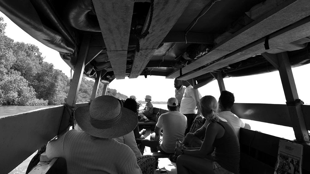 Een 'taxiboot' vaart op de rivier in Commewijne. Foto: Orange Travel Suriname