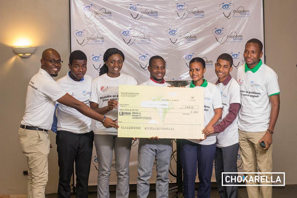 Le president de Diagnostik Group, Valery Moise et une des equipes gagnantes du concours perspetives-Jeunesse./ Credit photo: Chokarella