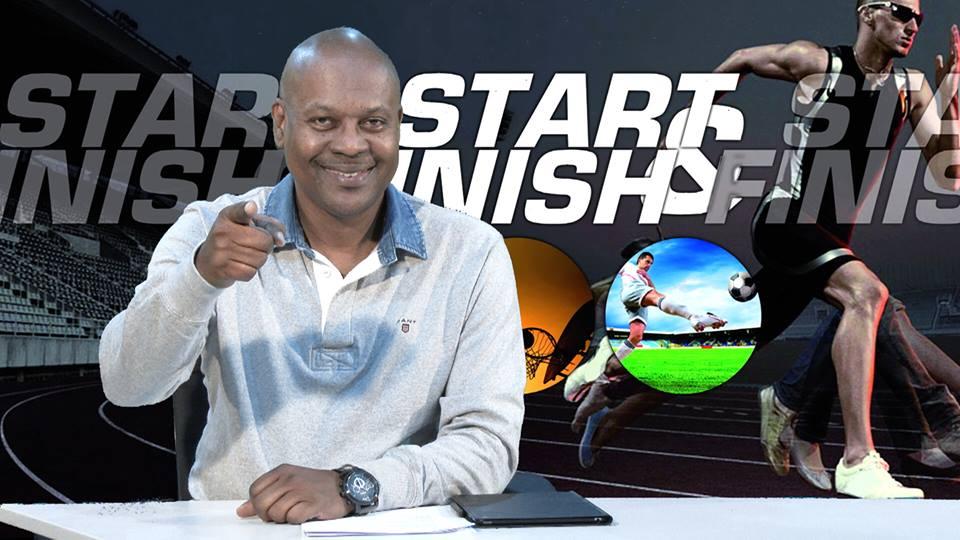 Desney Romeo, sportjournalist in Suriname in actie tijdens een van zijn TV-programma's.