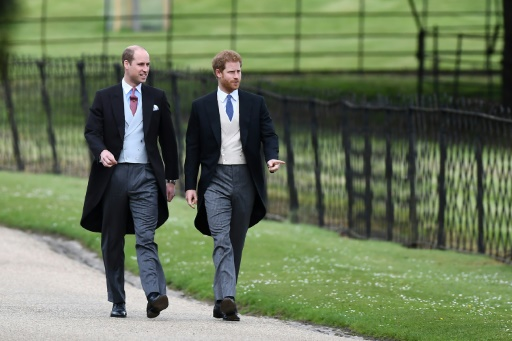 Les Princes Harry (D) et William marchent lors du mariage de Pippa Middleton et James Matthews à Englefield, à l'ouest de Londres, le 20 mai 2017