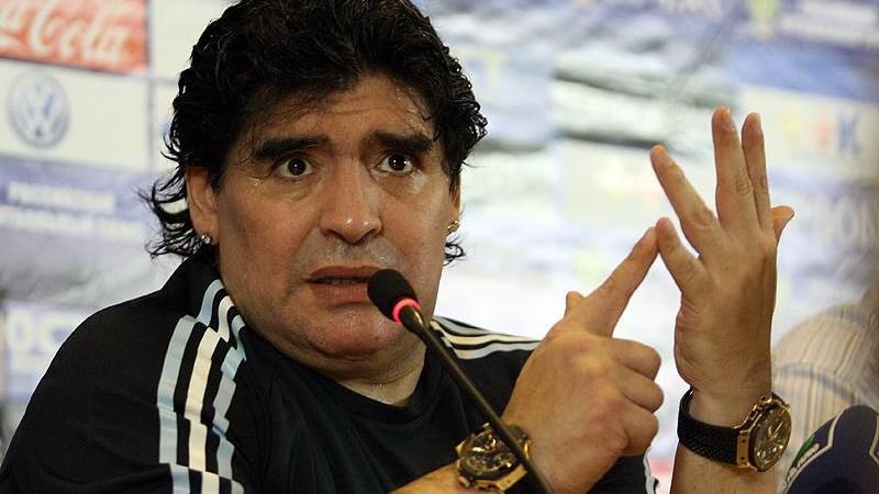 De Argentijnse voetbalheld weerspreekt de beschuldigingen en beweert dat de dame zelf haar kleren begon uit te trekken.