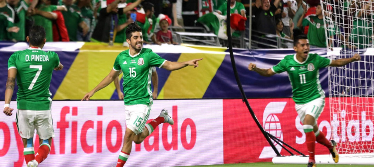 Rodolfo Pizarro (#15) celebrates with teammates after scoring for Mexico against Honduras in the CONCACAF Gold Cup quarterfinal match on July 20, 2017, in Glendale, Arizona, USA. (PHOTO: CONCACAF.COM)