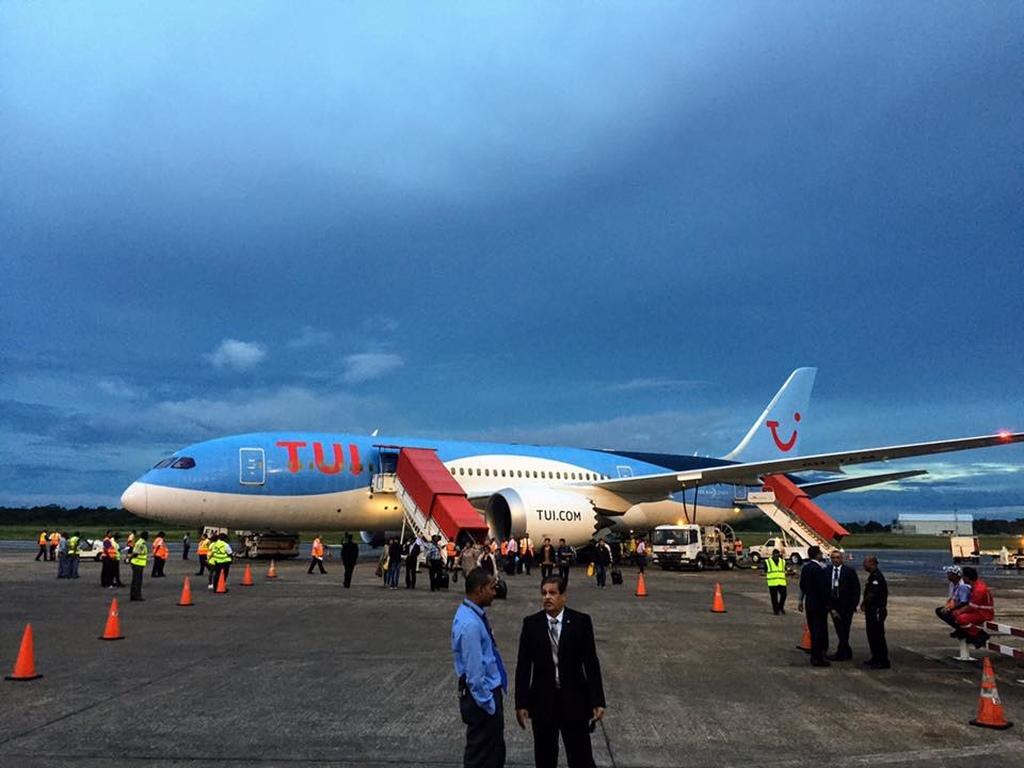 De inaugurele vlucht met de Boeing 787 Dreamliner van TUI is vandaag succesvol uitgevoerd (Foto Nederlandse Ambassade).
