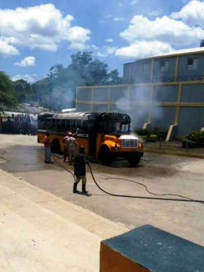 Des sapeurs-pompiers dominicains essayant de maîtriser le feu. /Photo: GARR