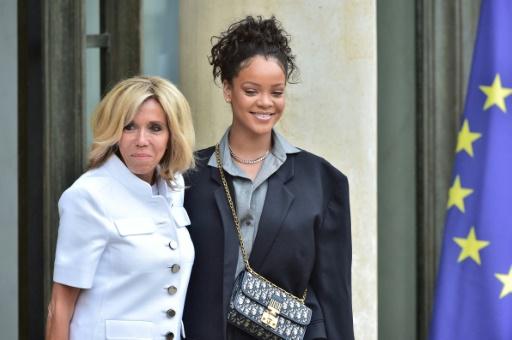 Brigitte Macron (g) accueille la chanteuse barbadienne et ambassadrice du Partenariat mondial pour l'éducation, Rihanna le 26 juillet 2017 sur le perron de l'Elysée