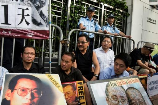 Sit-in de manifestants demandant la libération du dissident chinois Liu Xiaobo, le 10 juillet 2017 devant le bureau de liaison de la Chine à Hong Kong