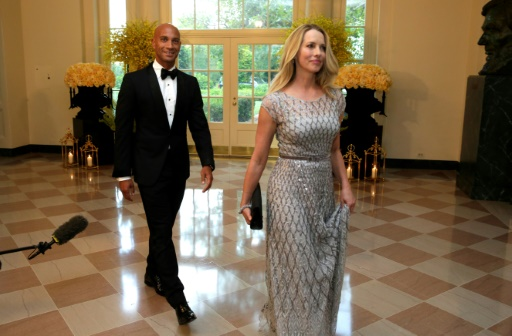 Laurene Powell Jobs (d), veuve du co-fondateur d'Apple Steve Jobs, et Adrian Fenty, ancien maire de Washington, le 2 août 2016 à la Maison Blanche, à Washington