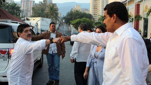 Photo de la présidence du Vénézuéla montrant Diego Maradona (à gauche) et le président Nicolas Maduro./ Source: L'Express