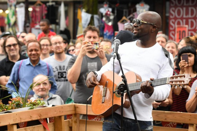 Le chanteur Wyclef Jean lors de son spectacle-surprise sur la Plaza St-Hubert. Credit photo: La Presse