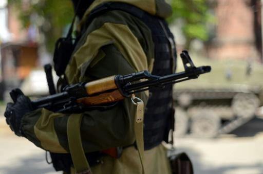 Un soldat en facttion devant Les services de sécurité ukrainiens (SBU)