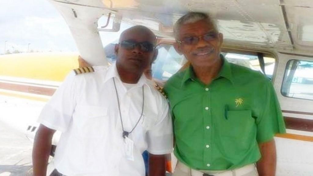 Captain Imran Khan poseert samen met president David Granger van Guyana. Foto: Demrara waves