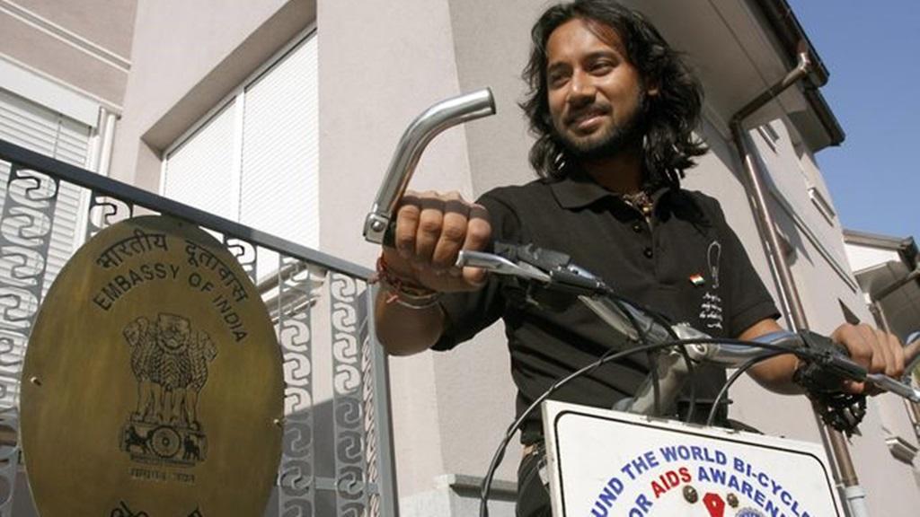 Somen Debnath op de fiets voor een Indiase ambassade. Foto: Somen2020World
