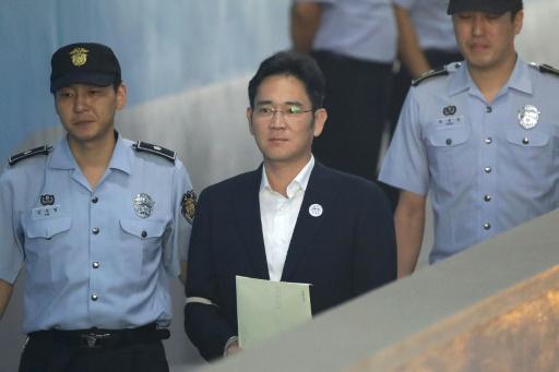 L'héritier de Samsung Lee Jae-yong (c) arrive au tribunal de Séoul le 25 août 2017