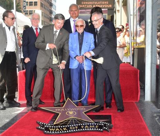 """Charles Aznavour (C), le légendaire auteur-compositeur-interprète de 93 ans, découvre son étoile sur le """"Walk of Fame"""", le 24 août 2017 à Hollywwod en Californie"""