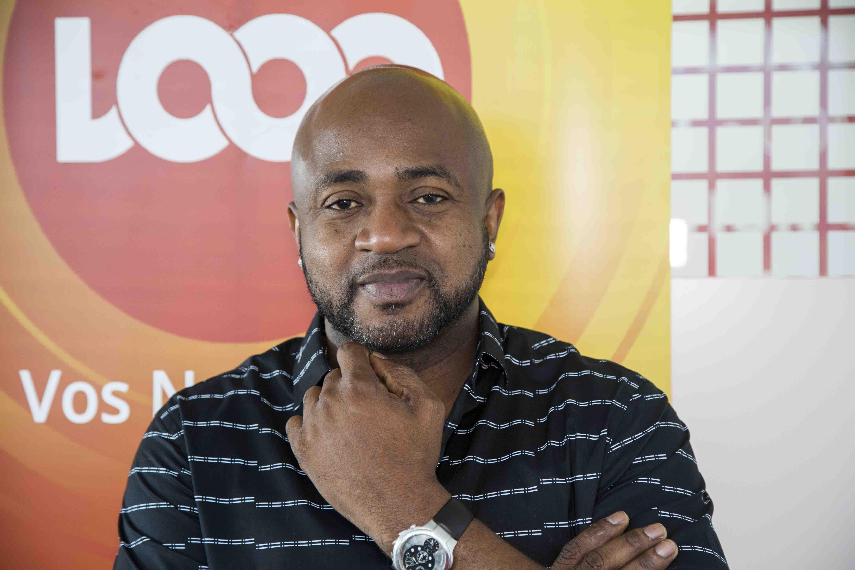 Le chanteur Arly Larivière dans les locaux de Loop Haiti ce jeudi 10 aout./Photo: Estailove St-Val