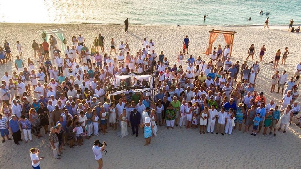Meer dan 160 koppels deden mee aan het grootste huwelijksfeest in het Caribisch Gebied.