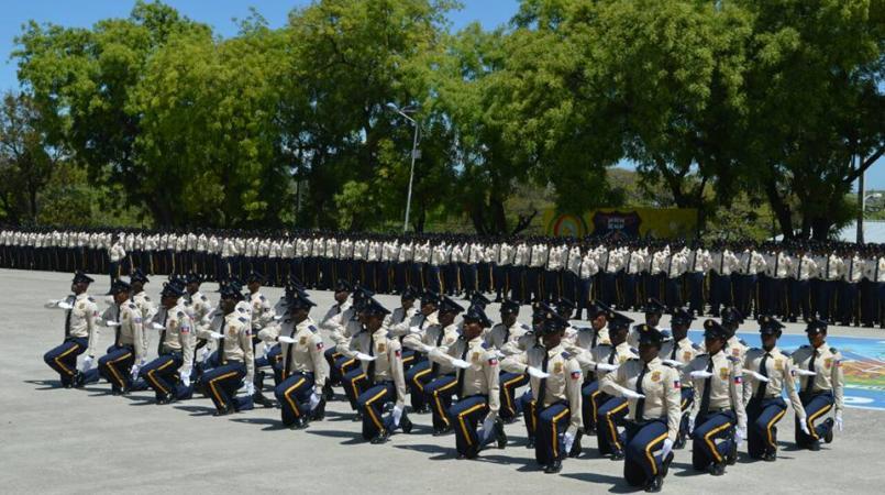 Des agents de la PNH en parade au local de l'académie de police.