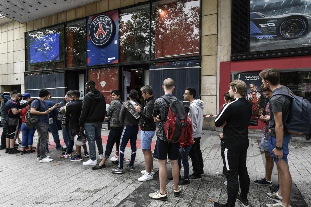 Des gens faisant la queue pour acheter le maillot de Neymar à la boutique du PSG./ Photo: Philippe Lopez, AFP