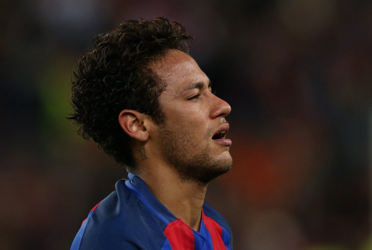 Neymar in tears and consoled by Dani Alves after Barcelona's Champions League exit./ Photo: Metro