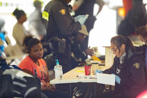 Des réfugiés sont accueillis par les autorités après avoir traversé la frontière entre les Etats-Unis et le Canada près d'Hemmingford, au Québec, le 6 août 2017